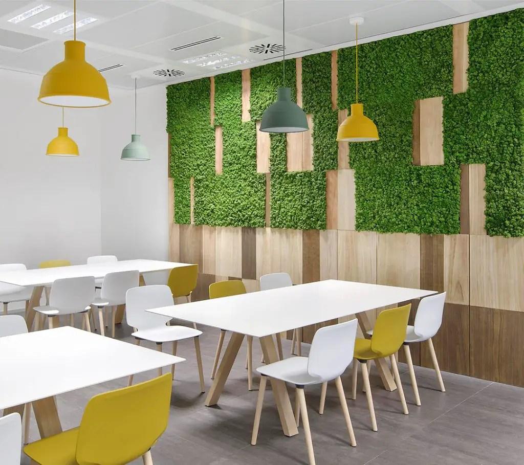 Panneaux végétaux accroché au mur d'un restaurant
