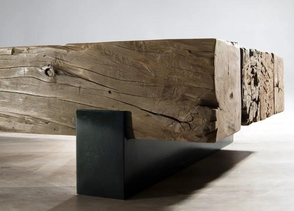 Table en bois rustique faite de vielles poutres