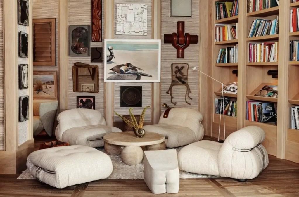 L'hôtel PROPER execute parfaitement cette tendance déco 2020. Les fauteuils bas sont arrondis et se situe autour d'une table basse en pierre. Ils mélangent les objets maritimes, comme la coquillage sur la table basse avec les sculptures en bois d'inspiration africaine. Le choix d'une palette de couleur neutre rappelle la tendance des matières naturelles et assure que le mélange des styles ne soit pas trop.
