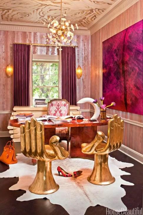 Le maximalisme s'exprime dans ce bureau rose avec les chaises dans le forme des mains.