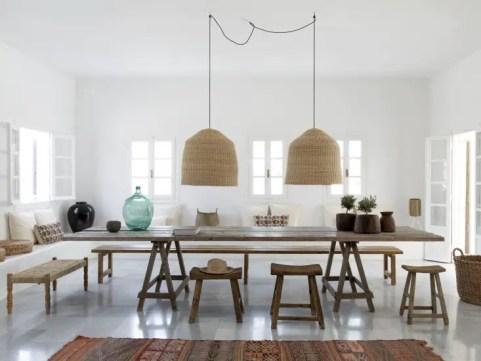 Une salle à manger où la vielle table de ferme est la pièce principale.