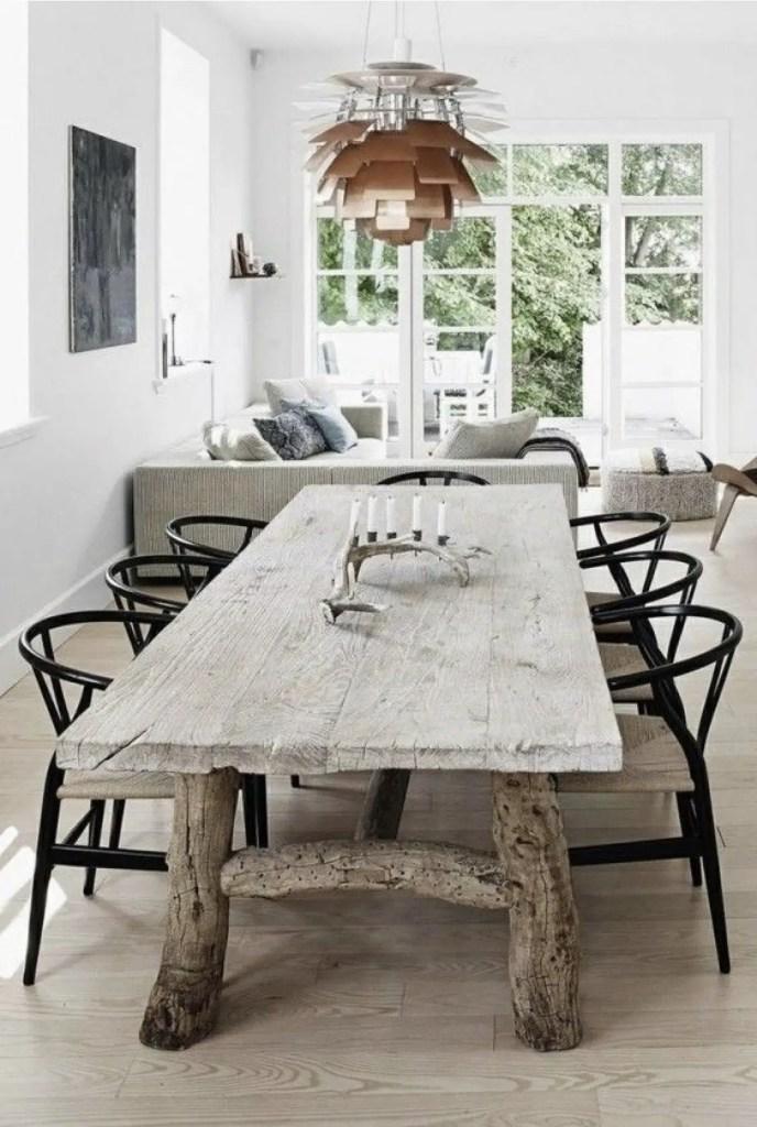 Salle à manger avec une grande table rustique.