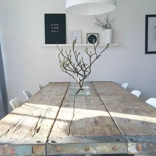 salle à manger très épurée avec chaises blanches