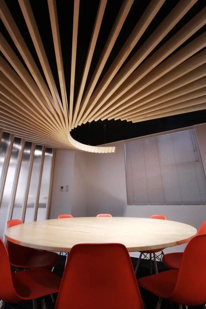 Table en bois ronde avec chaises rouges