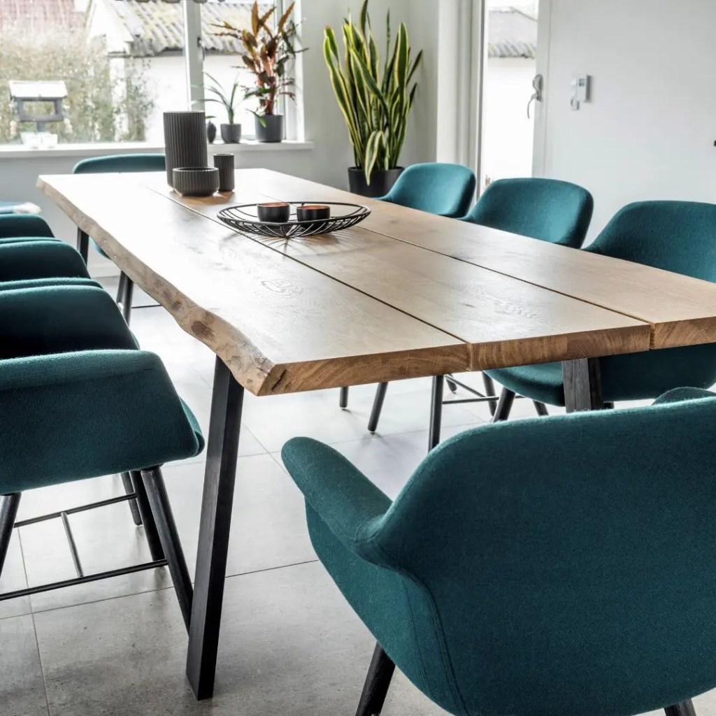 salle à manger moderne avec fauteuils bleus