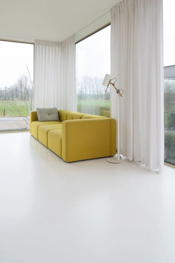 intérieur blanc avec canapé jaune