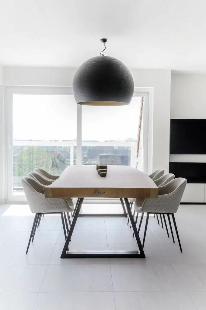 table à manger épaisse en bois massif avec fauteuils gris