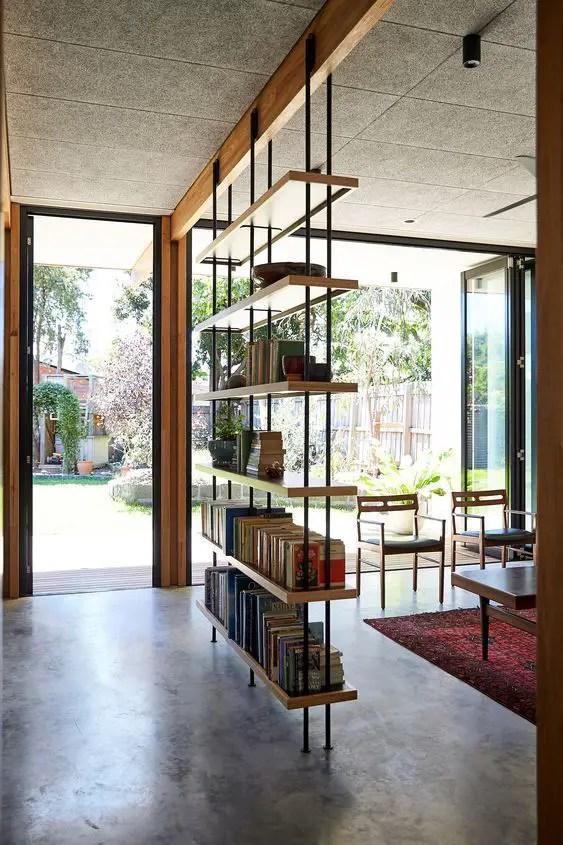Bibliothèque épurée au centre de la pièce