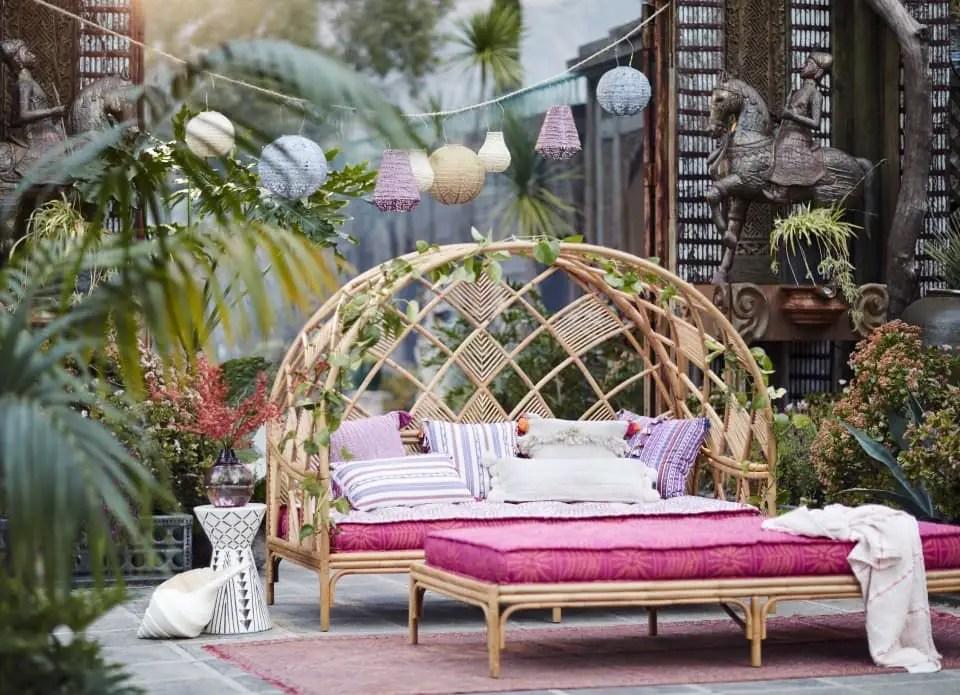 Terrasse avec coussins en rose fuschia