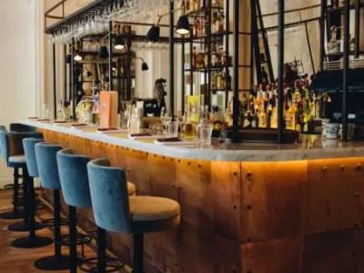 comptoir de bar d'angle en métal avec plateau en marbre, style industriel