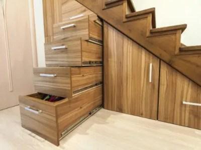 dressing sous-escalier en bois