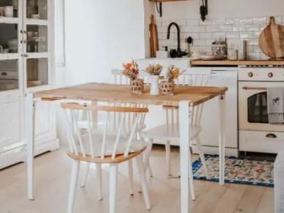 table en bois, pied blanc, chaise en bois