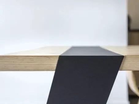 coin de table en bois et métal