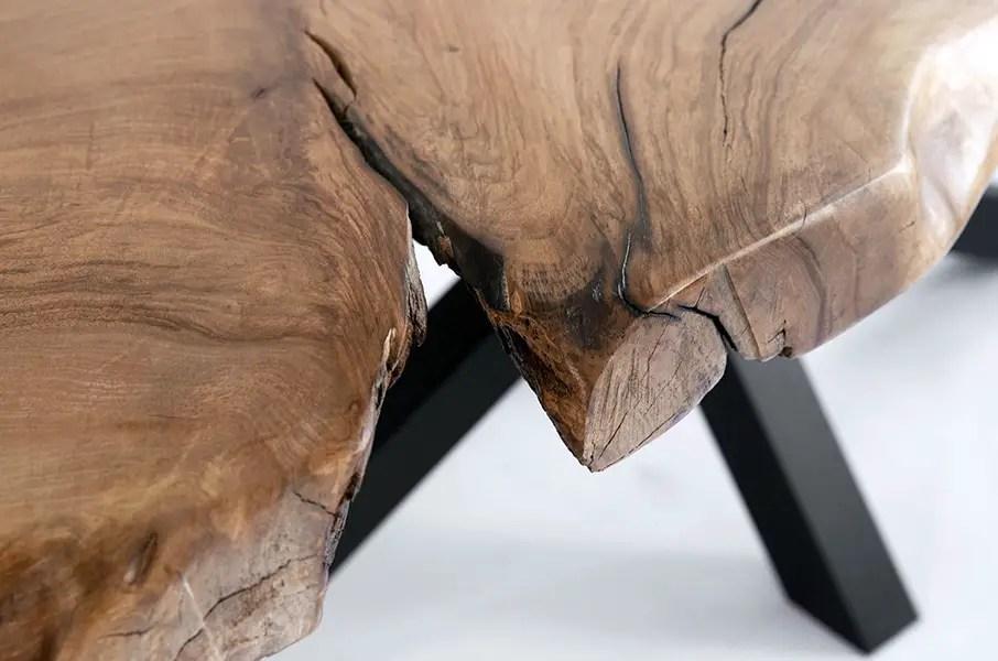 gros plan sur un plateau de table en bois live edge