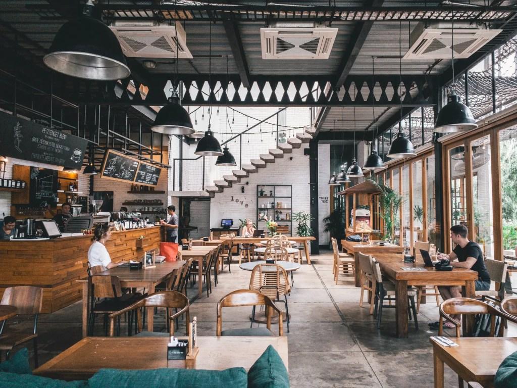 espace autour des tables de restaurant