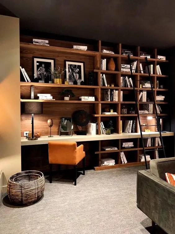 Bibliothèque sur-mesure avec bureau en bois massif et niches de rangement