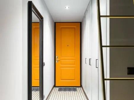 Porte d'entrée en bois jaune