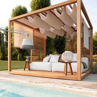 Pergola sur-mesure en bois proche d'une piscine