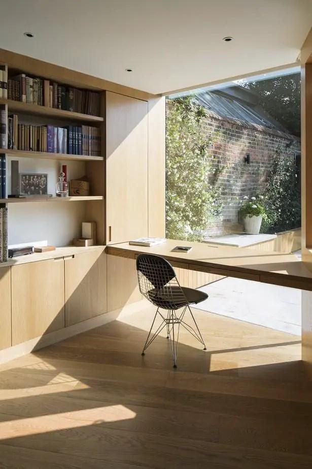 Bureau maison face à une fenêtre