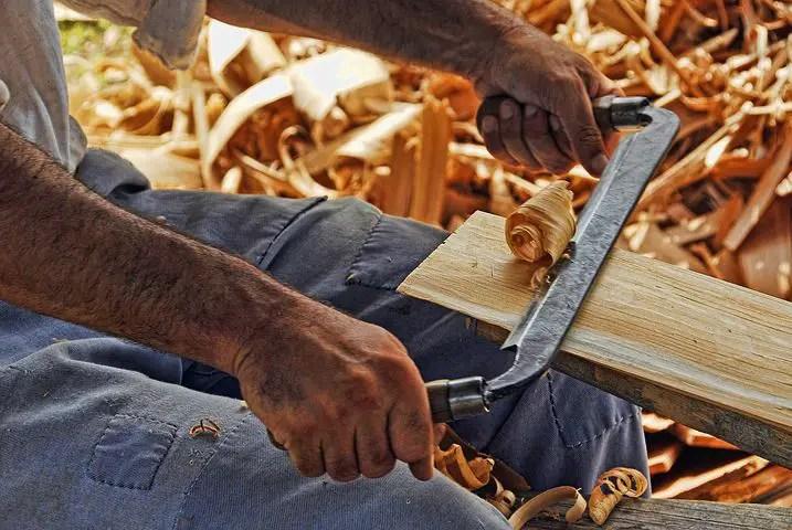 auto entrepreneur menuisier qui travail le bois