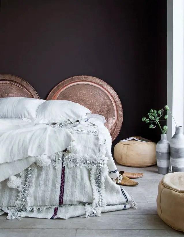 tête de lit faite de plateaux avec ornements orientaux et cuivrés