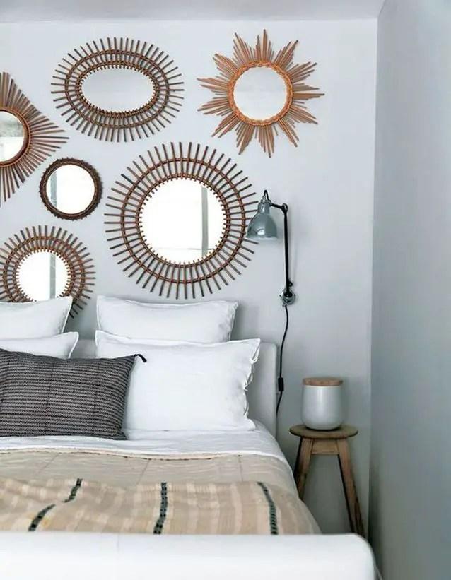 tête de lit composée de différents miroirs