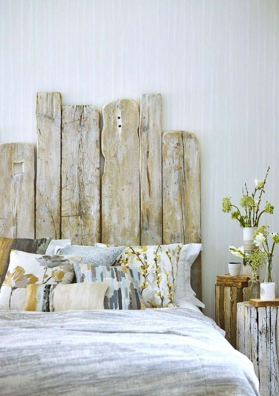 tête de lit faite avec des planches de vieux bois brut
