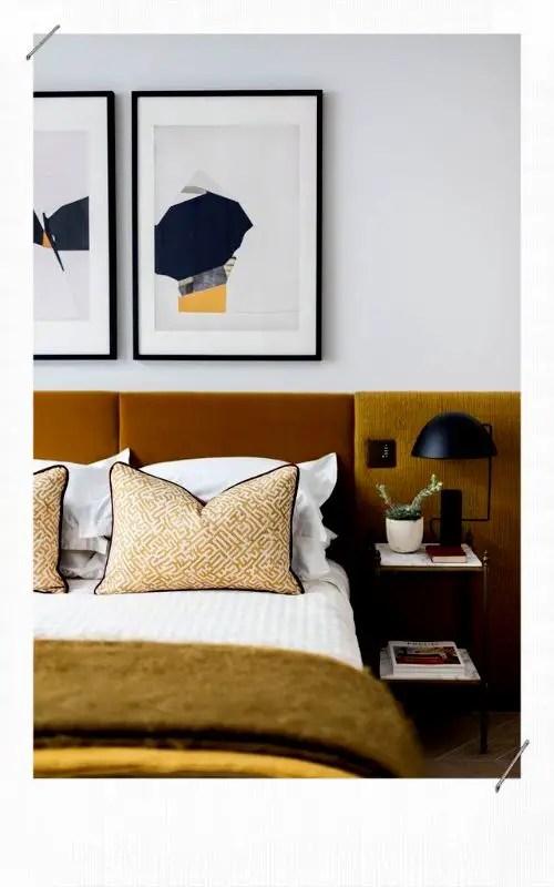 chambre avec une tête de lit en velours moutarde