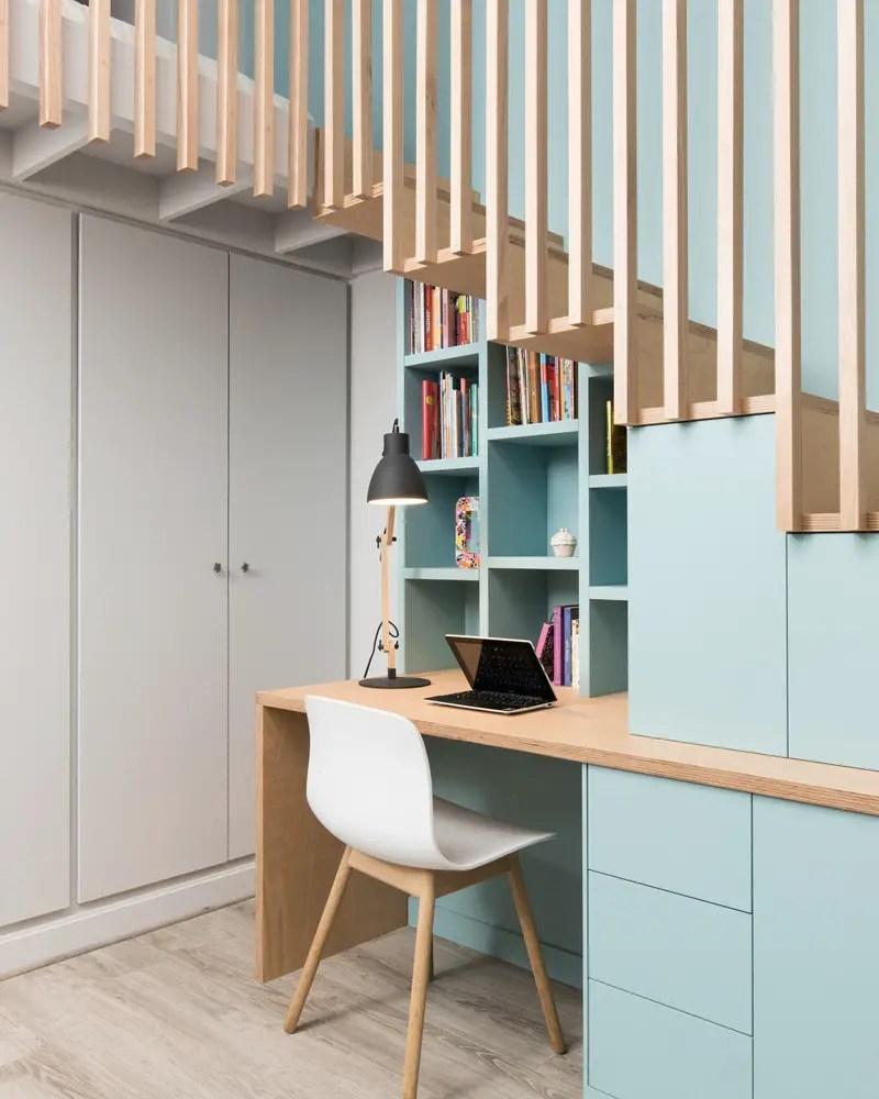 bureau en bois sous escalier