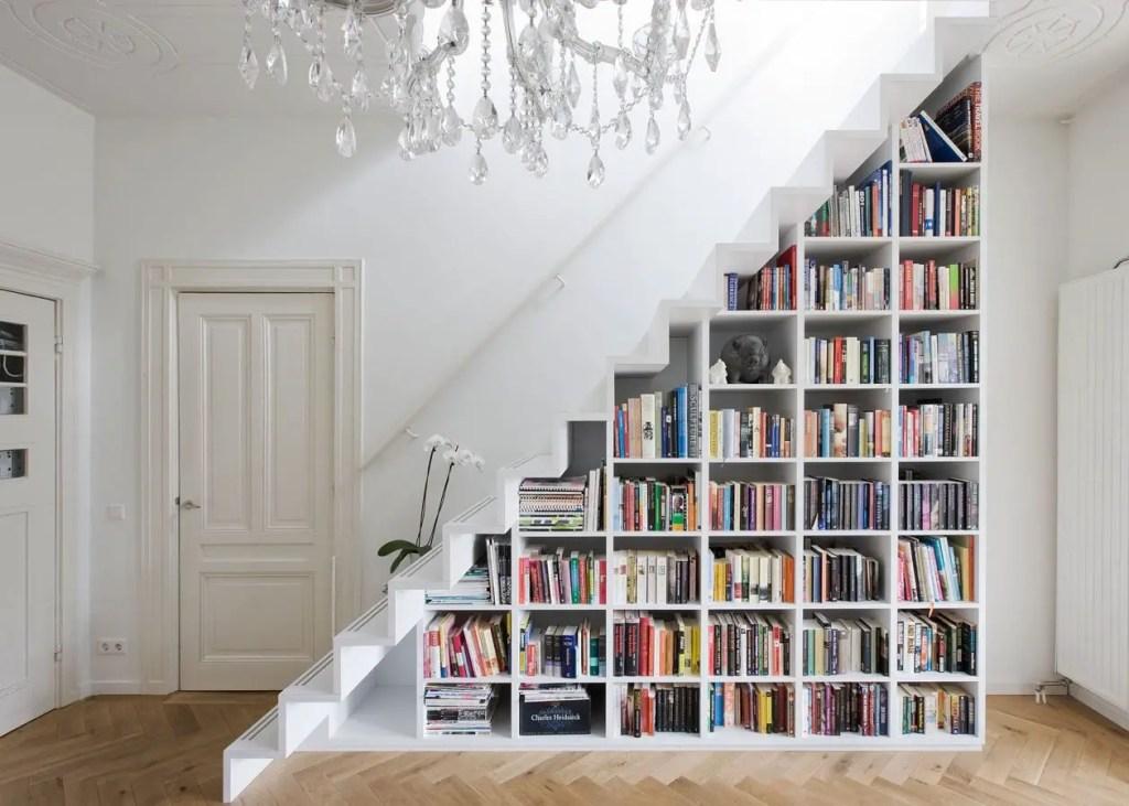 aménagement d'une bibliothèque sous escalier