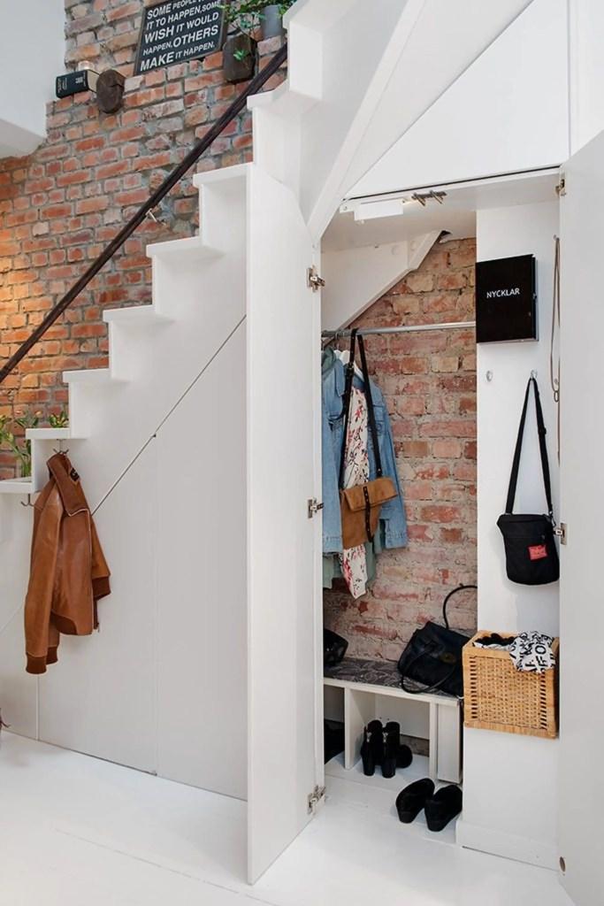aménagement d'une penderie fermée sous un escalier