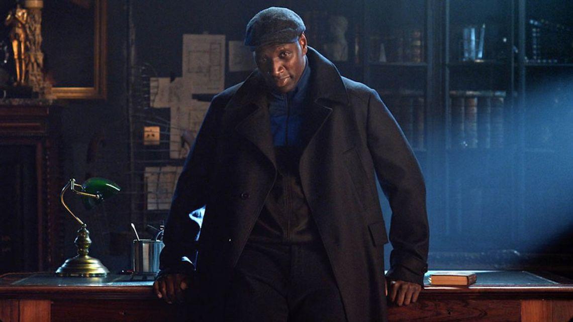 Le personnage Assane Diop en costume dans la série Lupin