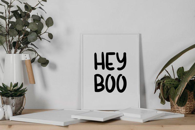 On peut lire Hey Boo sur l'affiche présente sur la photo