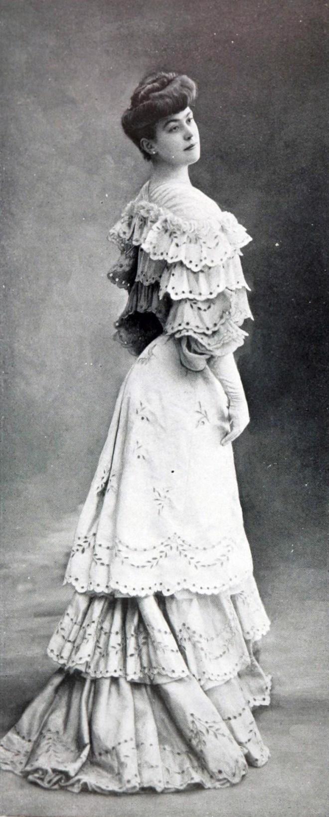 Robe_de_diner_par_Redfern_1904_cropped