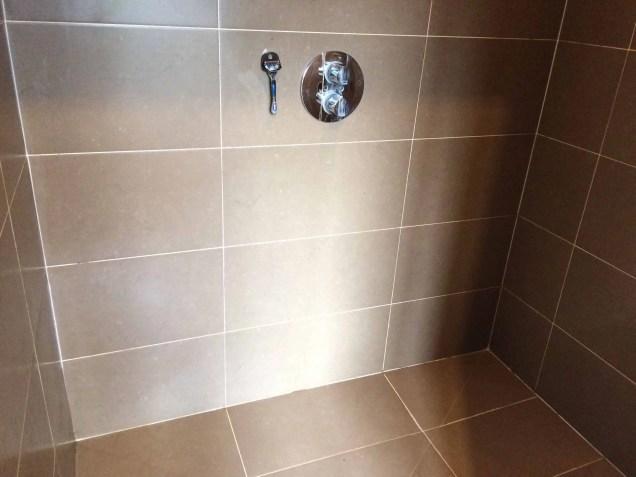 entretenir sa douche avec la pierre d'argile, au naturel, de façon écologique et économique