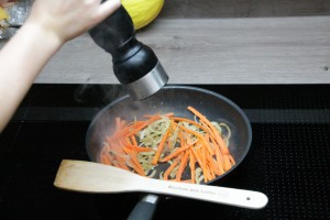 Zwiebeln und Karotten anbraten