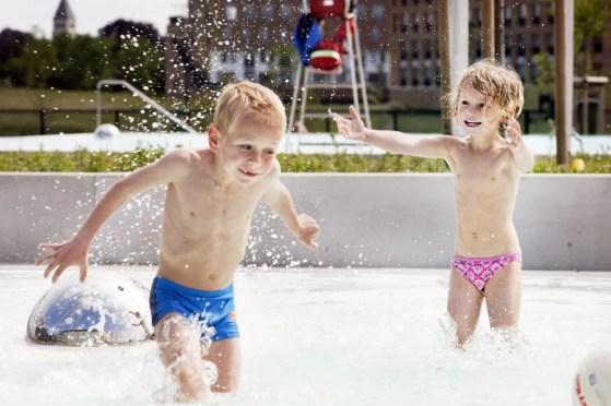 Zwemmen in het buitenbad van het Geusseltbad