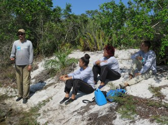 Grupo de alunos às margens da lagoa