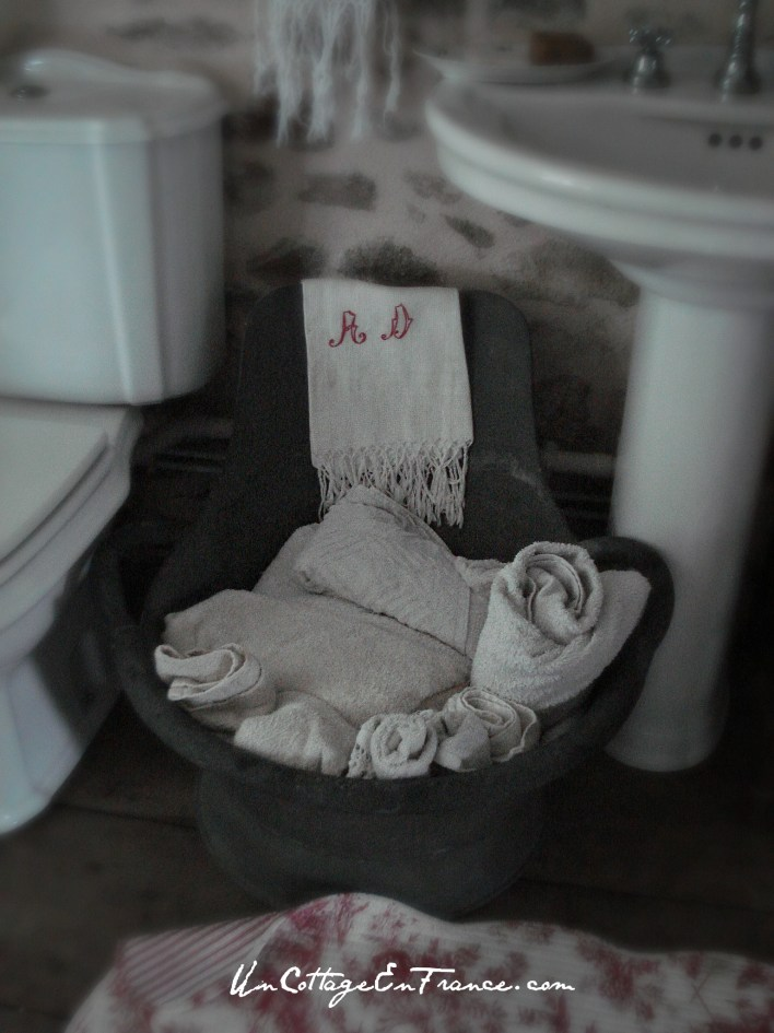 Reconversion de l'ancien baquet en porte serviette - The old tub used as towel basket