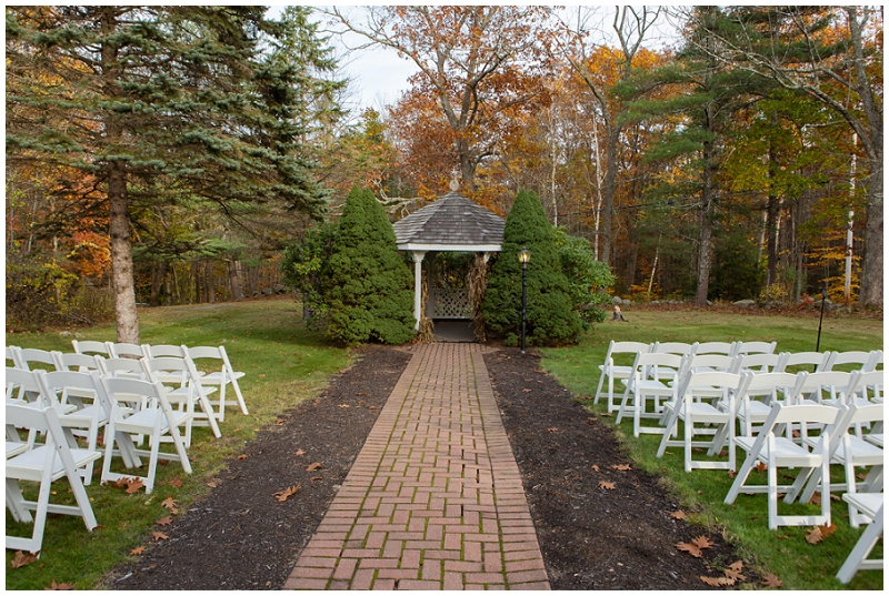 Melanie and Mike were married at Clay Hill Farm in Cape Neddick Maine. Click here to see more beautiful photos by Linda Barry Photography of their burgandy and navy wedding day! Outdoor ceremony venue.