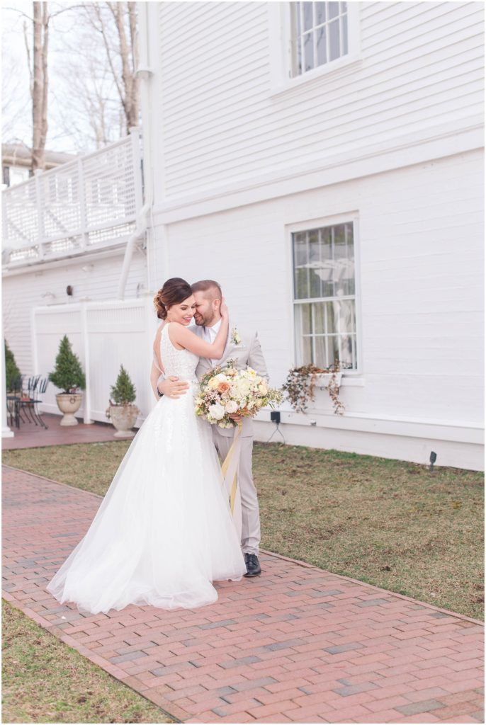 Romantic photo of Alex and Iryne at The Commons 1854.