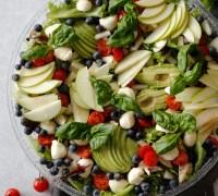 Djúsí kjúklingafille salat með fersku basil, mosarella, tómötum og balsamik gljáa