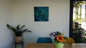 Tableau abstrait moderne fait main bleu et noir exposé chez client