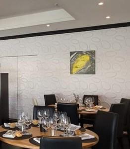 Tableau abstrait moderne jaune et gris fait main exposé dans un restaurant