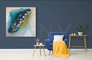 Tableau abstrait moderne bleu et ocre fait main accroché sur un mur bleu avec en décoration un fauteuil bleu et une couverture jaune - Idanha
