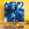 Tableau abstrait peinture fluide bleu posé sur un chevalet