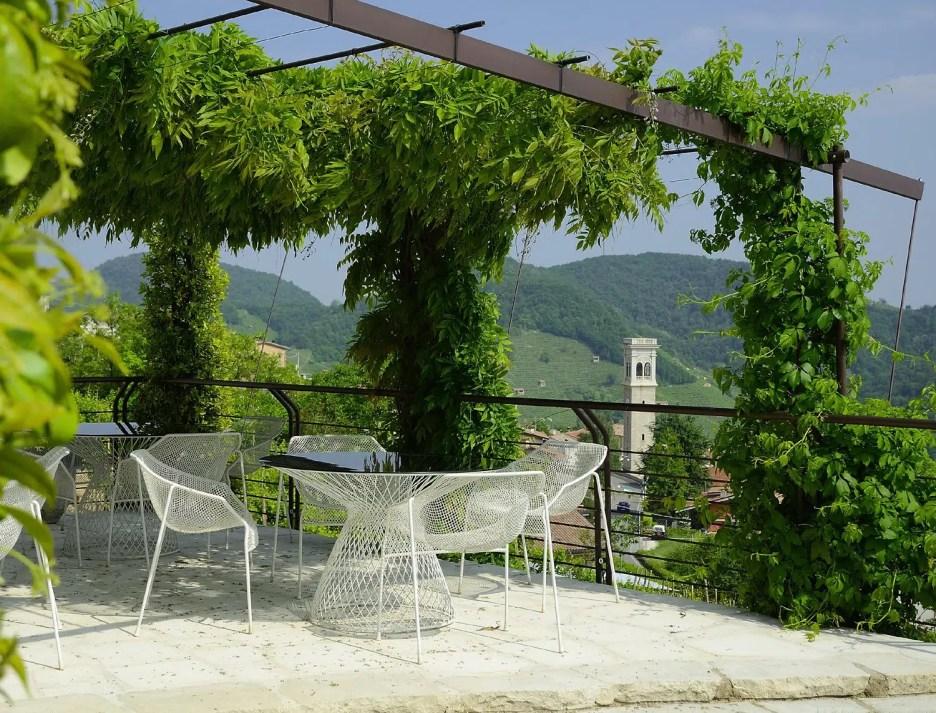 Agriturismo Relais Dolcevista dining under a gazebo