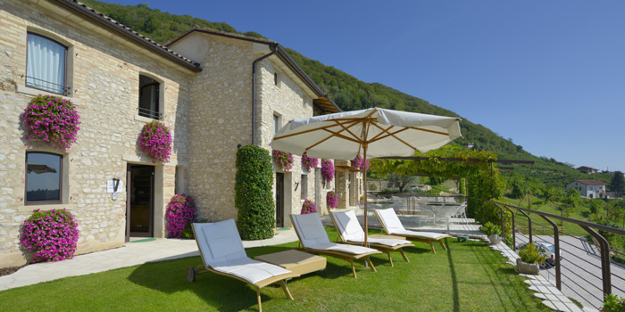 Agriturismo Relais Dolcevista lawn chairs under an umbrella