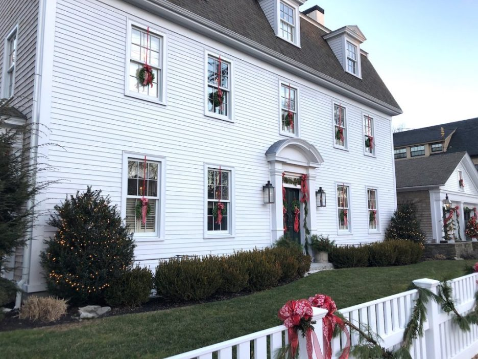 290 High Street Newburyport Christmas decorations white house exterior