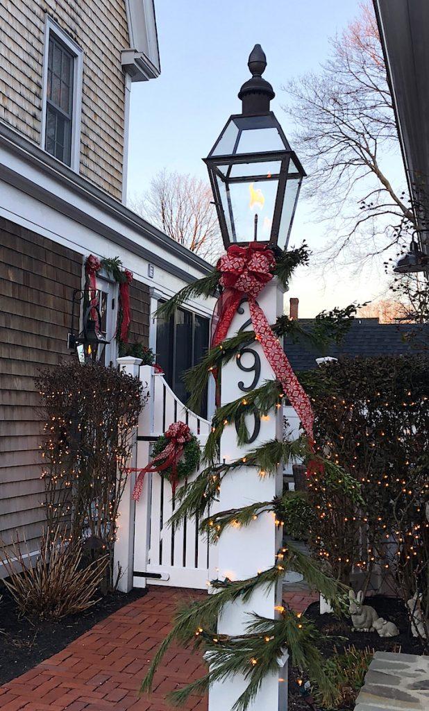 290 High Street Newburyport Christmas decorations white house gas lantern